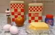 110 g de farine, 110 g de sucre brun, 110 g de beurre, 1 càs de levure chimique, 1 càs de cannelle, 2 oeufs, 1 pomme en brunoise.