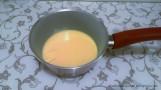 Sur feu doux mélangez 200 g de lait concentré sucré avec une 1/2 càs de beurre, jusqu'à que la pâte se décolle du fond de la casserole.