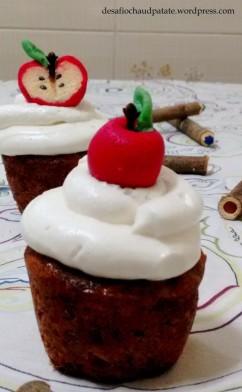 Para a maçã inteira basta modelar a massa vermelha e espetar um cravo na parte superior, junto com uma folhinha. No caso da maçã partida, a massa vermelha cobre a branca; é só cortar ao meio, marcar o centro com um palito de dente, colocar a folhinha, o cravo representando o cabinho e o gergelim as sementes.