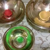 Le morceau vert servira à faire les feuilles; le rouge, l'extérieur de la pomme; le blanc, son intérieur.
