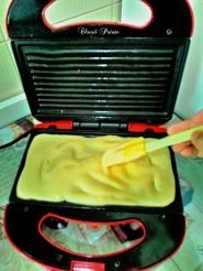 Distribuez la moitié de la pâte à crêpe.